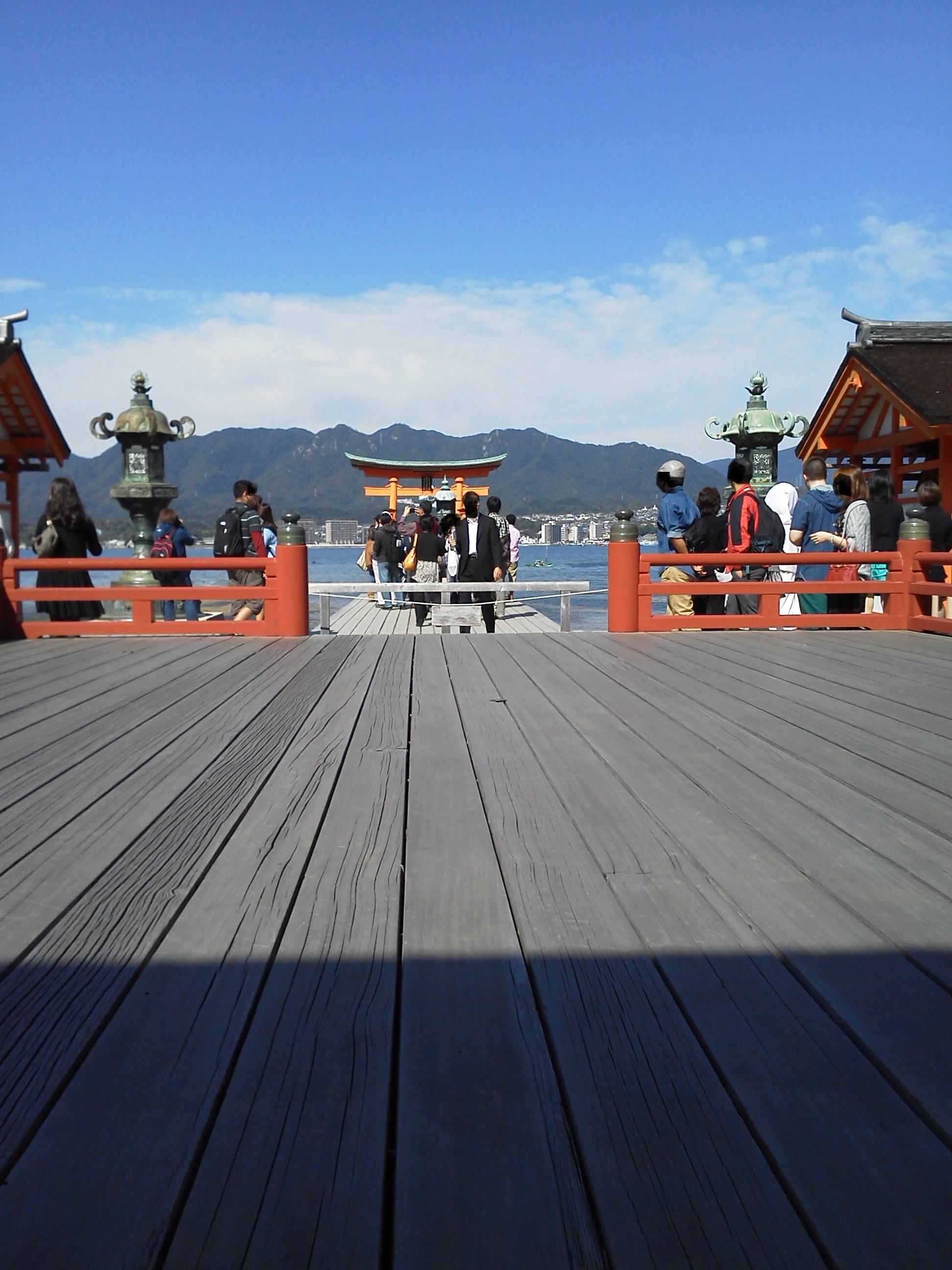 厳島神社 拝殿から大鳥居を見る