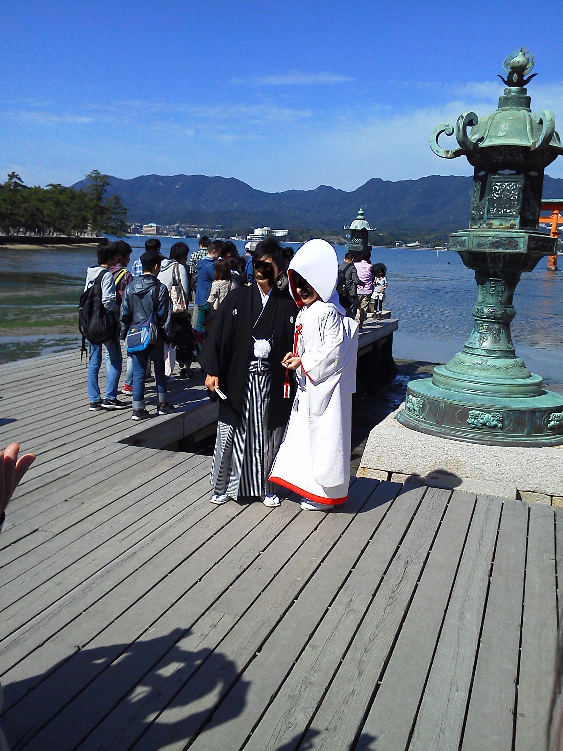 厳島神社で結婚式をあげた二人