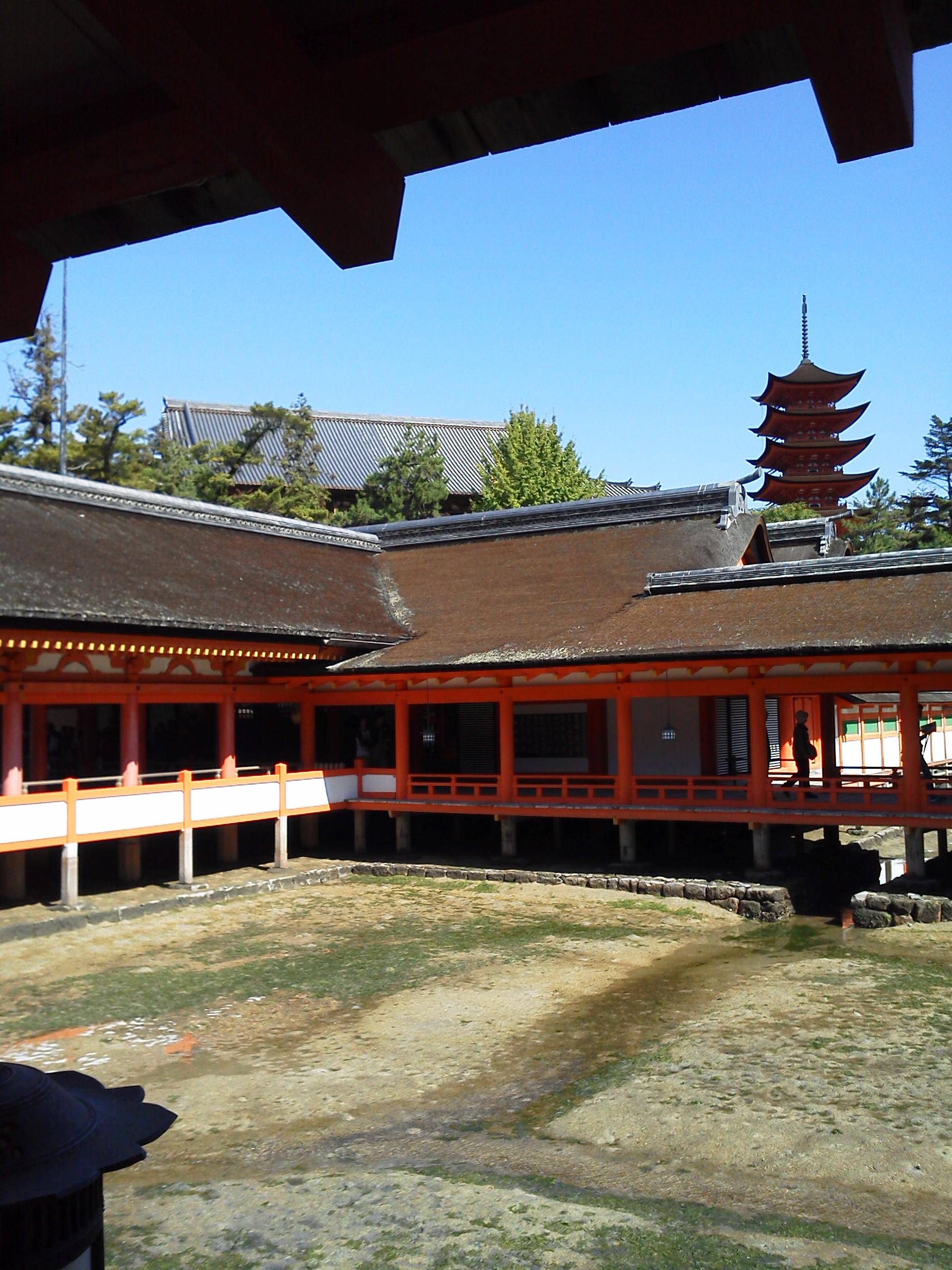 厳島神社の社殿から千畳閣と五重塔
